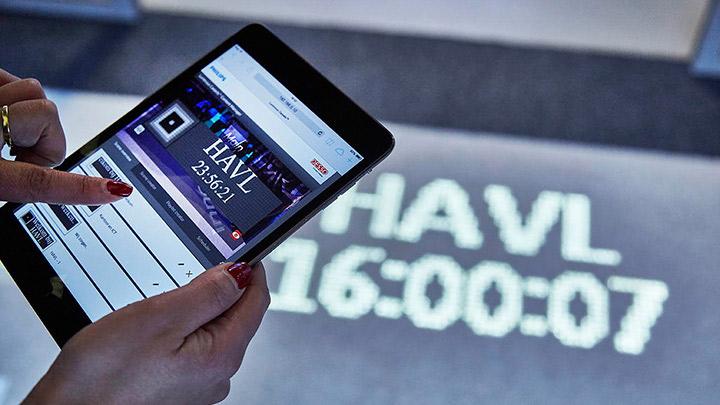 Philips Işıklı zemin kaplaması ağa bağlı herhangi bir mobil cihazdan anında yapılandırılabilir